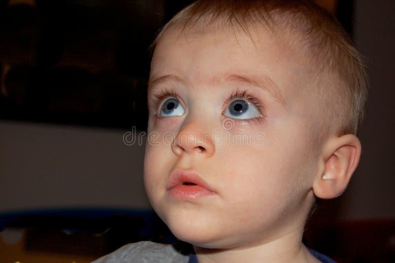 Litet barn med uppmärksam blick fotografering för bildbyråer
