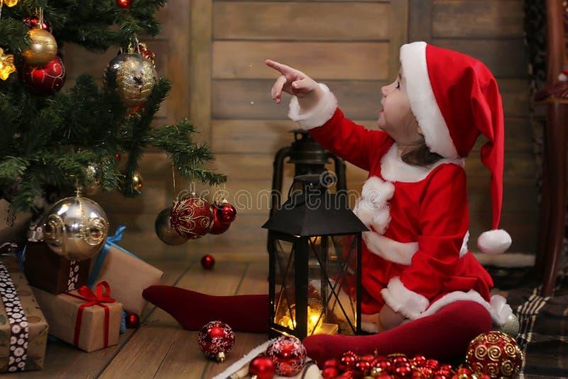 Litet barn och julleksaker arkivfoto