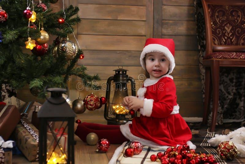 Litet barn och julleksaker arkivbild
