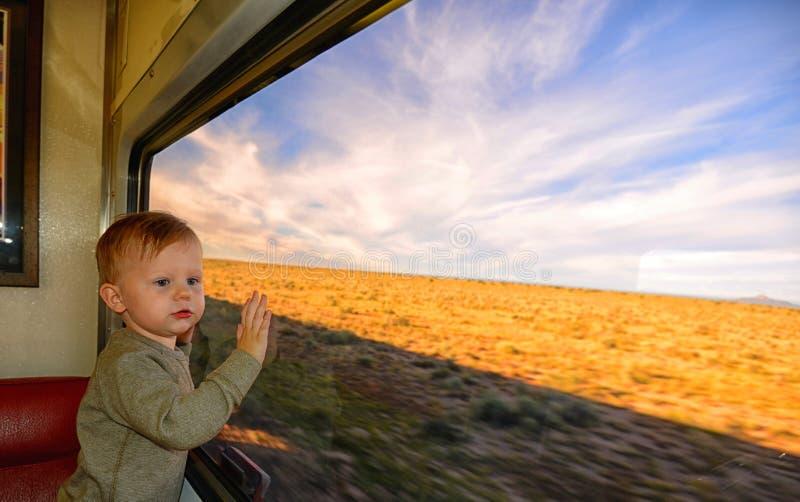 Litet barn på en drevritt med händer på fönster arkivfoton