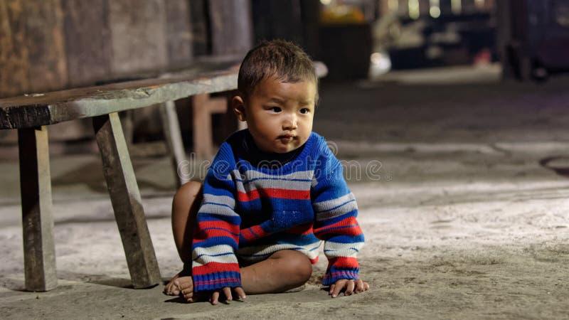 Litet barn på golv royaltyfri bild