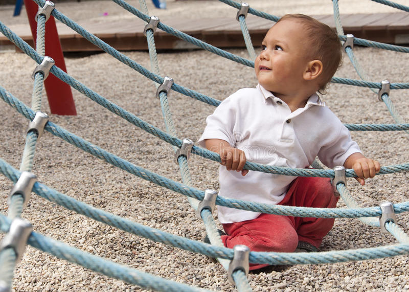 Litet barn på lekplatsen arkivbilder