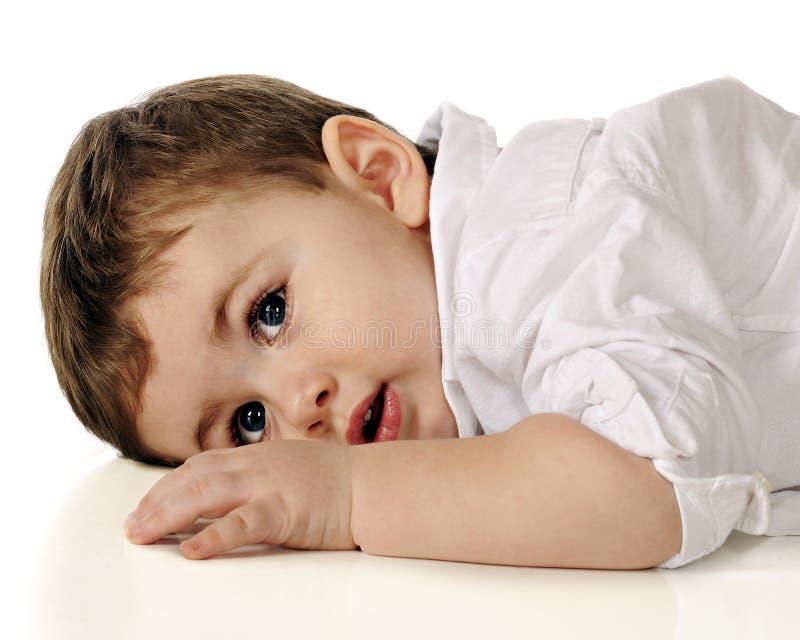 Litet barn på vilar royaltyfria foton