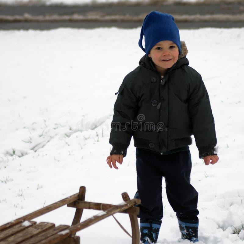 Litet barn på vintern arkivbilder