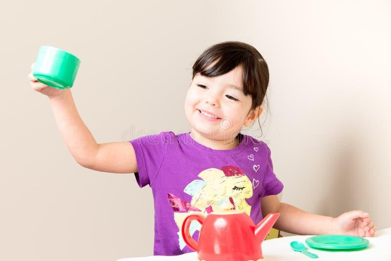 Litet barn som gör ett rostat bröd royaltyfri bild
