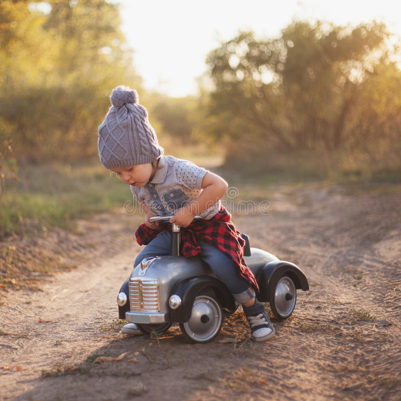 Litet barn som leker med toybilen royaltyfri fotografi