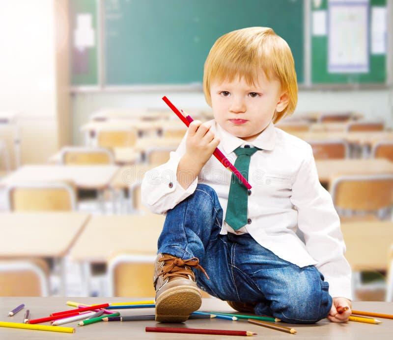litet barn som räcker den colroed färgpennan royaltyfria foton