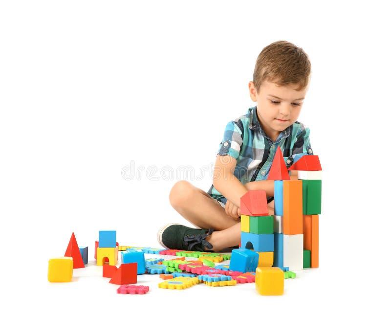 Litet barn som spelar med kvarter arkivfoto