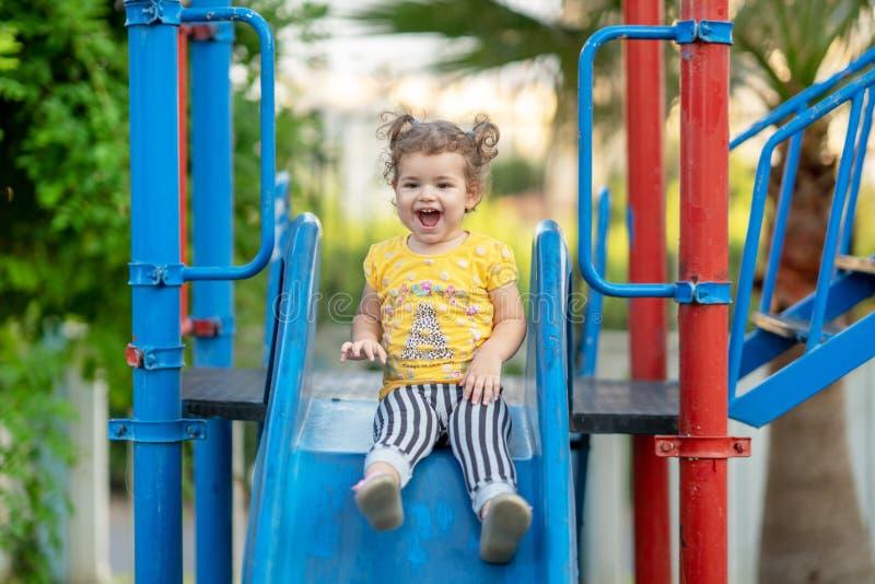 Litet litet barn som spelar på lekplatsdet fria i sommar royaltyfri bild