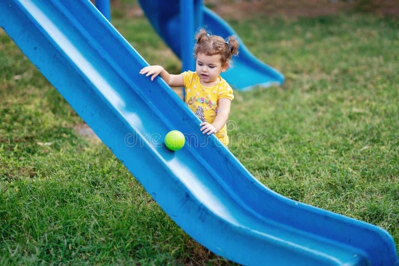 Litet litet barn som spelar på lekplatsdet fria i sommar royaltyfria foton