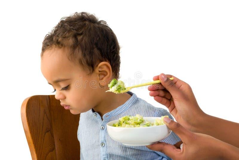 Litet barn som vägrar att äta fotografering för bildbyråer