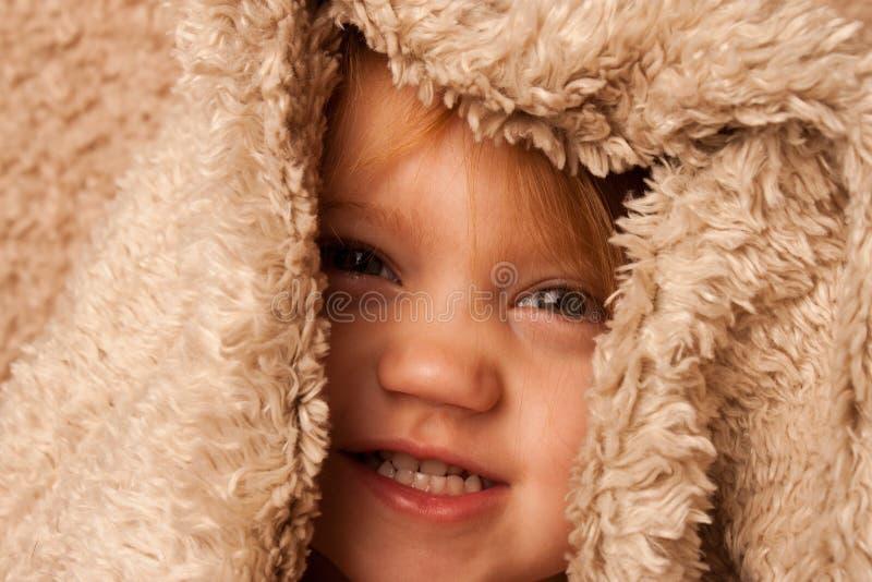 Litet barn under räkningar royaltyfri foto