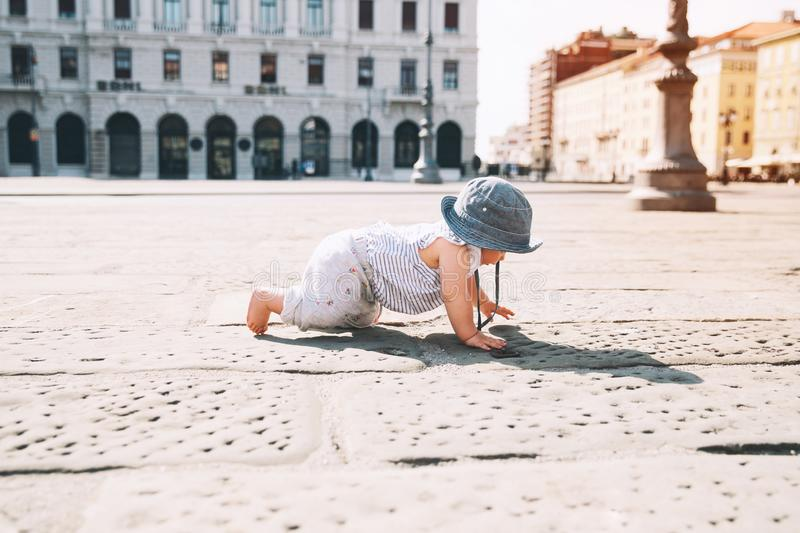 Litet barn utomhus i en europeisk stad arkivfoto