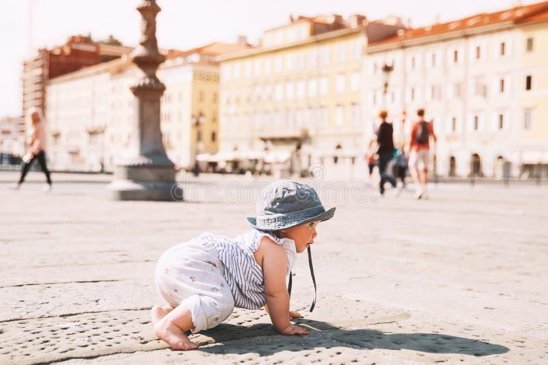 Litet barn utomhus i en europeisk stad royaltyfria bilder