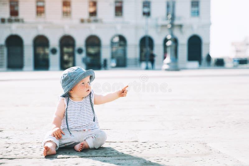 Litet barn utomhus i en italiensk europeisk stad royaltyfri bild