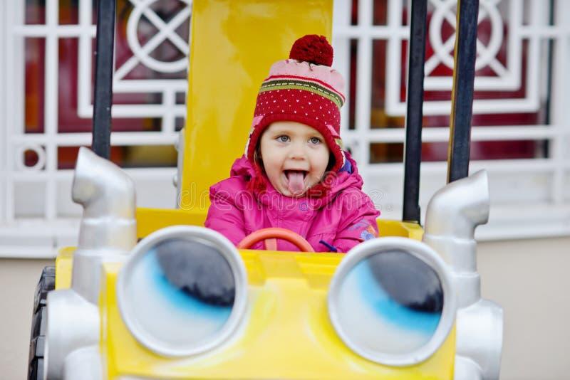 Litet barnflicka i nöjesfält royaltyfri fotografi