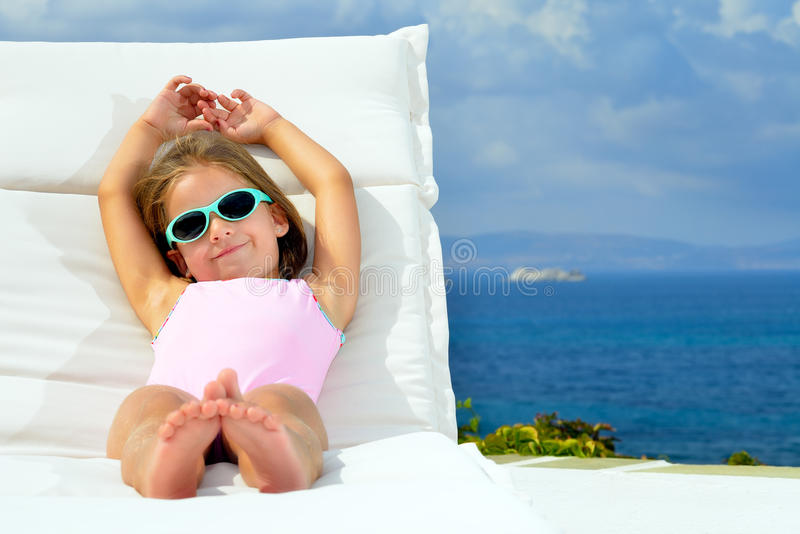 Litet barnflicka på sunbed fotografering för bildbyråer
