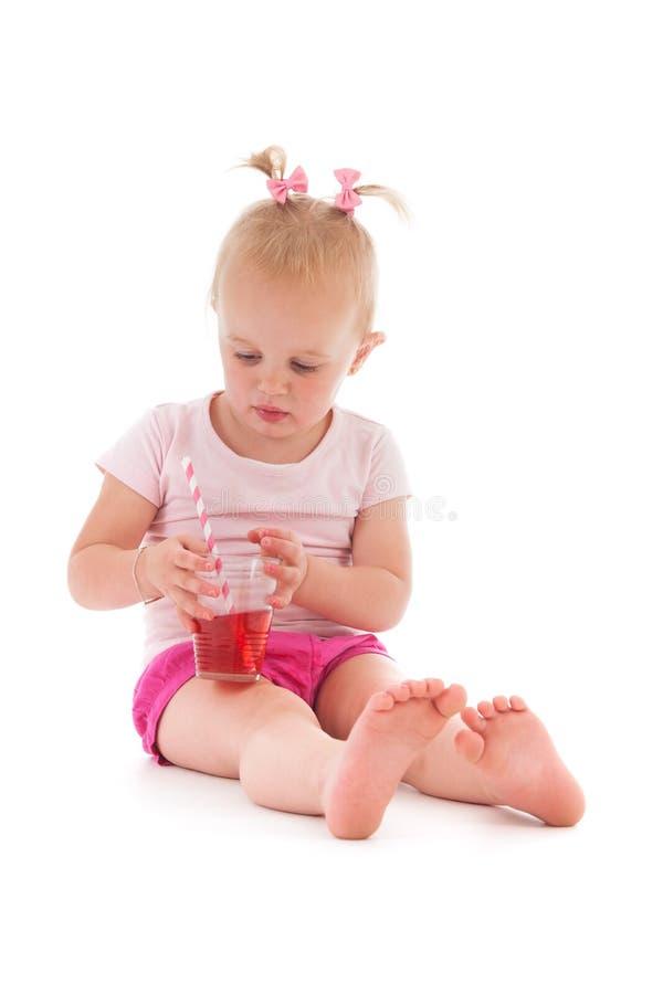 Litet barnflicka som dricker lemonad arkivbild