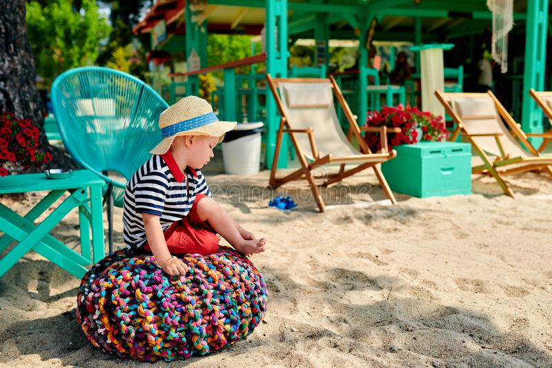 Litet barnpojke på stranden royaltyfria foton