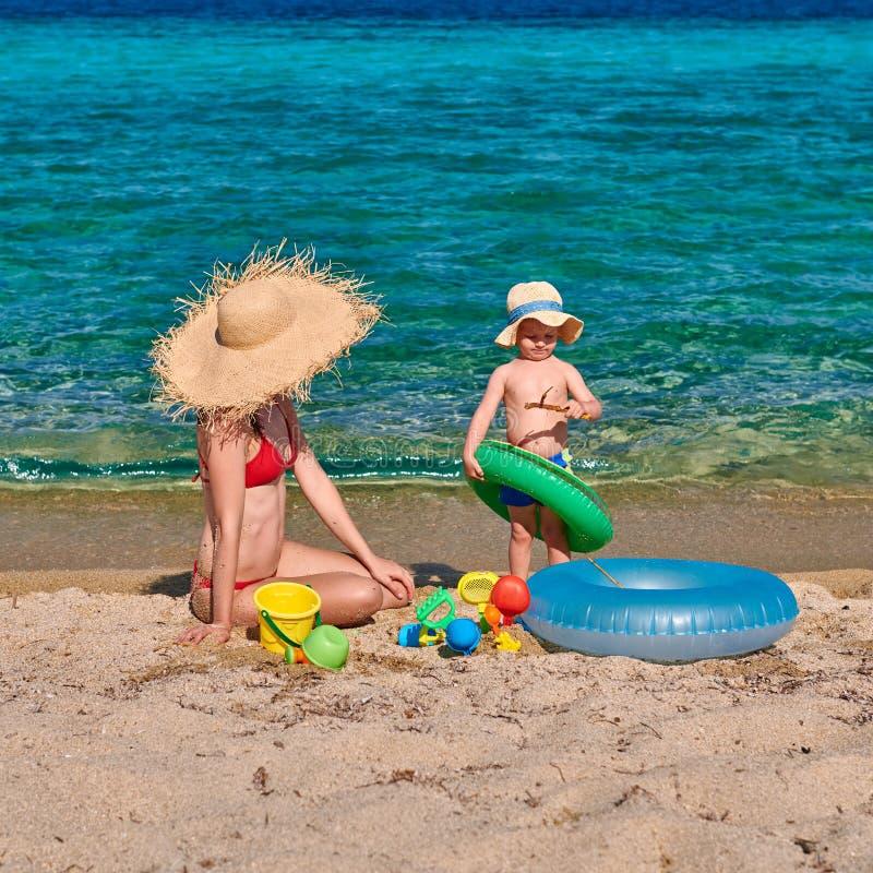 Litet barnpojke på stranden med modern royaltyfri bild