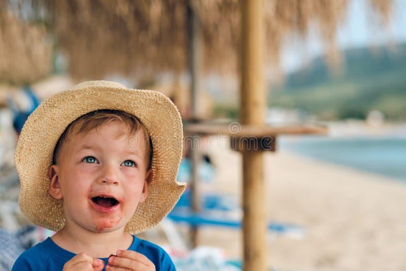 Litet barnpojke p? stranden arkivfoto