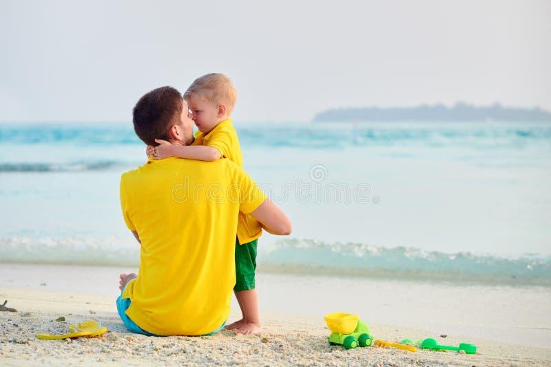 Litet barnpojke p? stranden med fadern arkivbild