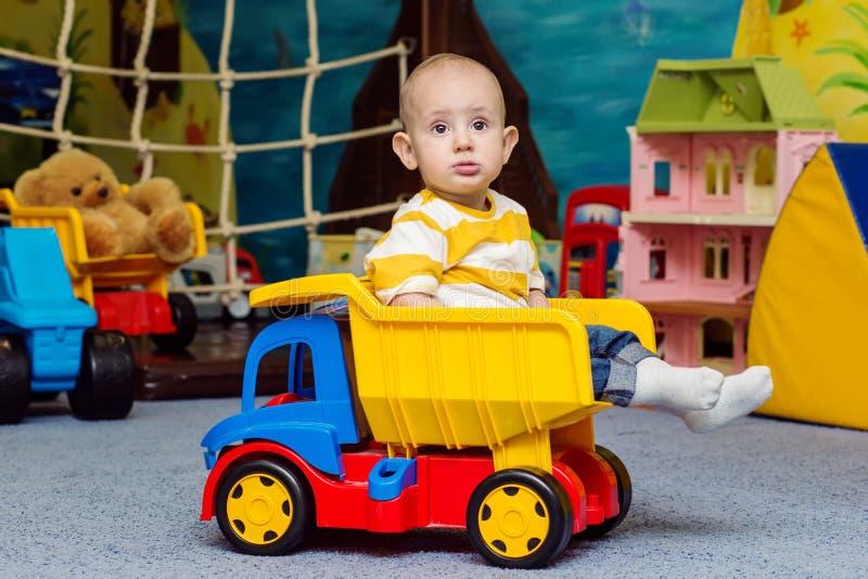 Litet barnpojkesammanträde i leksaklastbilen arkivbild