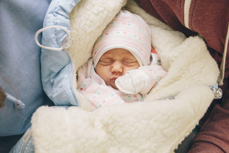 Litet begynnande nyfött barn i barnbördshus på hans fäder royaltyfria foton