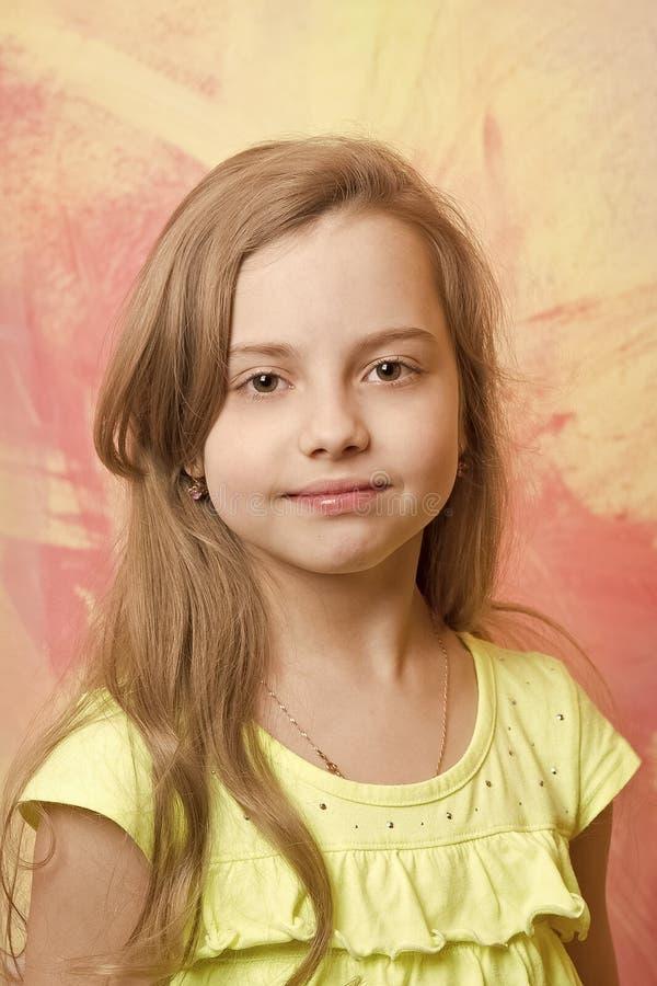 Litet behandla som ett barn flickan med den förtjusande framsidan i gul skjorta royaltyfri fotografi