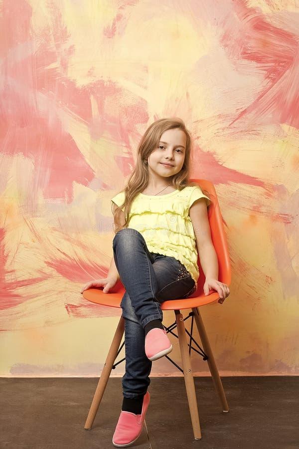 Litet behandla som ett barn flickan med den lyckliga framsidan i gul skjorta arkivbilder