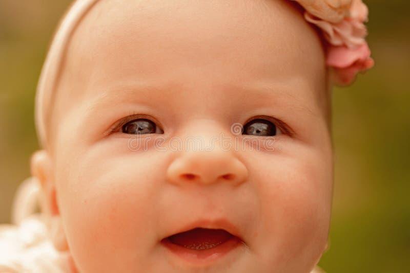 Litet behandla som ett barn lyckligt le, pediatrisk primär omsorg behandla som ett barn den lyckliga flickan skönhet little Utvec arkivbilder