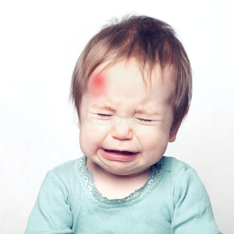 Litet behandla som ett barn med att gråta för blåmärke MEDICINSKT begrepp royaltyfri fotografi