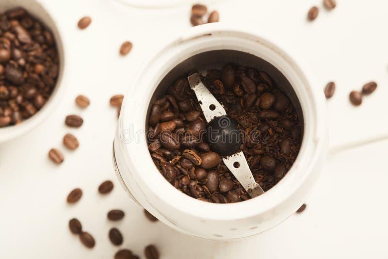 Litet elektriskt kaffe mil med grillade bönor arkivfoto