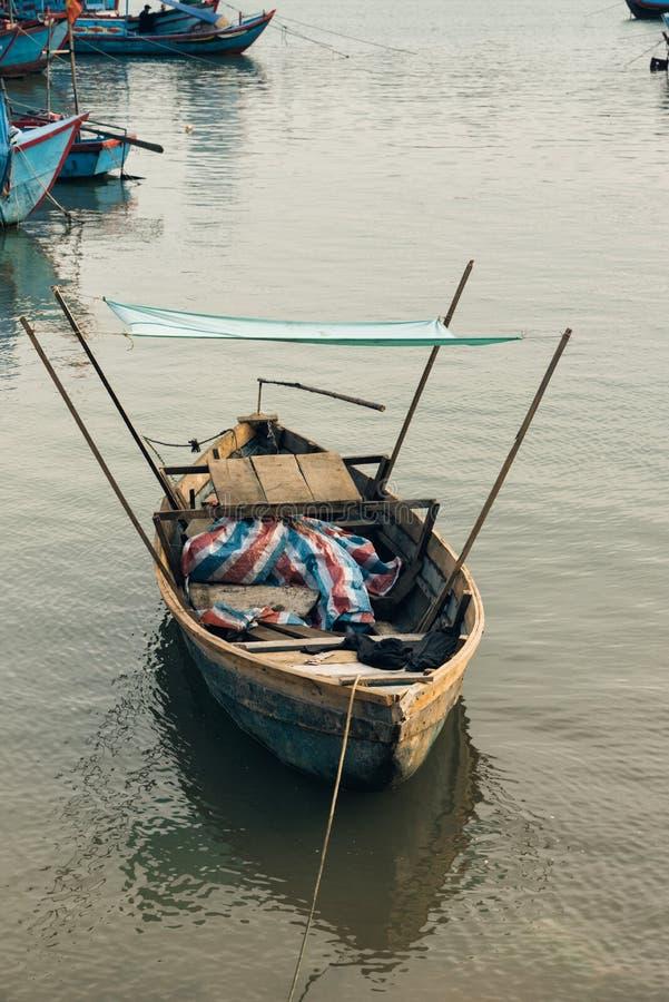 Litet ensamt fiskfartyg med skjulet royaltyfri fotografi