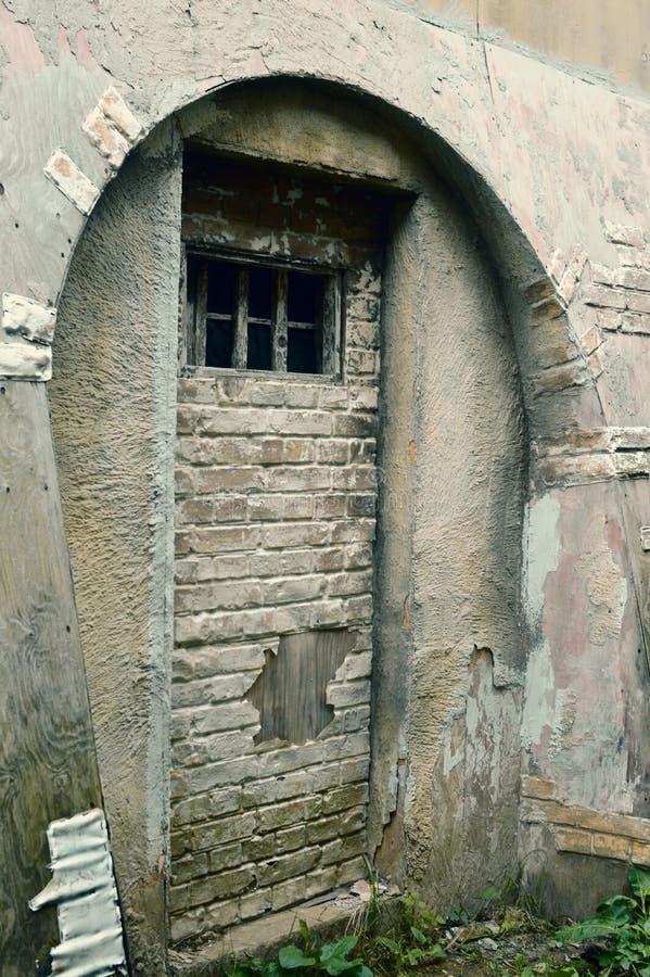 Litet fönster i fängelsecellen royaltyfria bilder