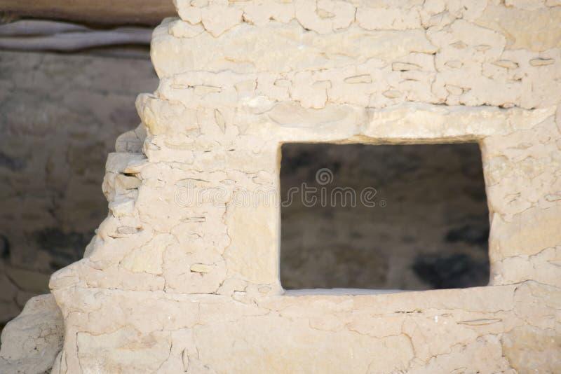 Litet fönster i klippaboning på mesa-verdenationalparken, colo arkivbilder