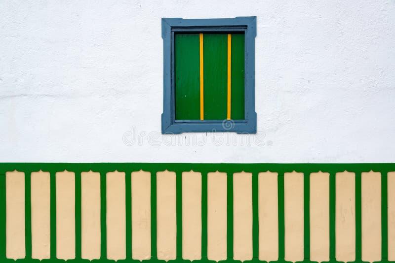 Litet fönster på kolonial byggnad arkivbilder