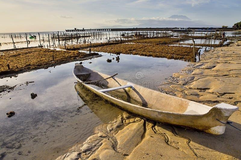 Litet fartyg ashore, Nusa Penida, Indonesien arkivbilder