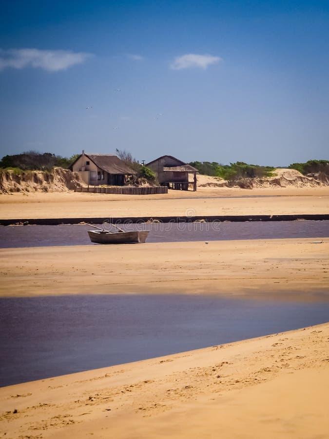 Litet fartyg i Barra de valizas, Uruguay, nära Cabo Polonio royaltyfri fotografi