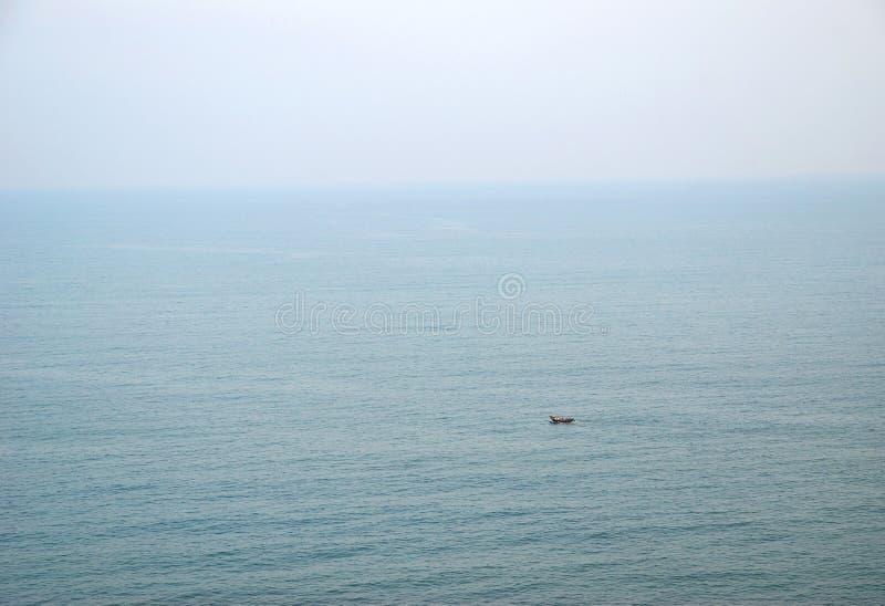 Litet fartyg i havet arkivfoton