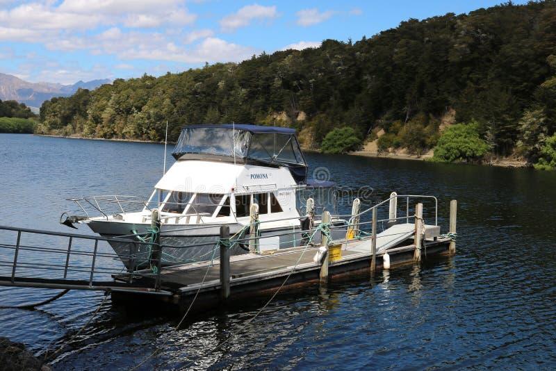 Litet fartyg, pärlemorfärg hamn, Waiau flod, Manapouri fotografering för bildbyråer