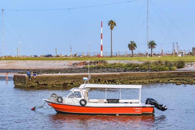 Litet fartyg på floden, Montevideo, Uruguay arkivbilder
