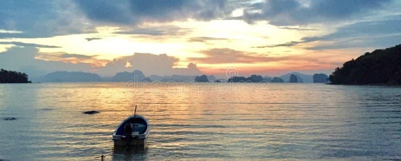 Litet fartyg på havet fotografering för bildbyråer