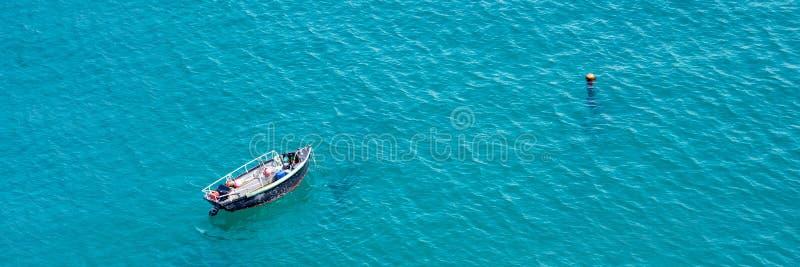Litet fartyg på havet, panorama- flyg- sikt i Guernsey arkivbilder