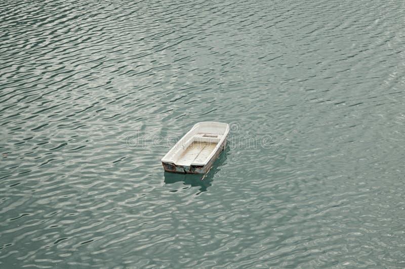 litet fartyg på sjön - flyg- sikt arkivfoton