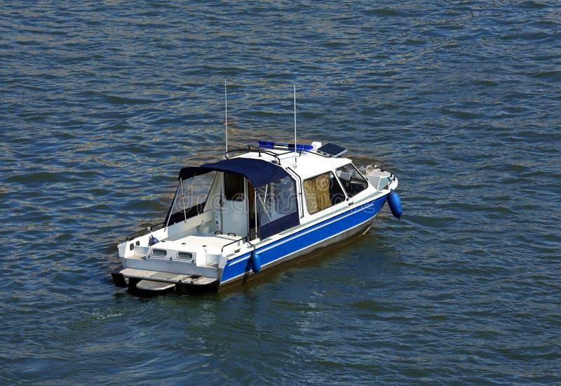 Litet fartyg på vattnet, bästa sikt arkivbild