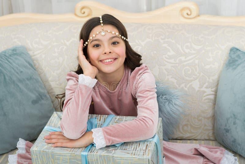 litet flickabarn lycklig present för födelsedag Familj och förälskelse Barns dag lycklig liten flicka på berömpartiet Goda royaltyfria foton