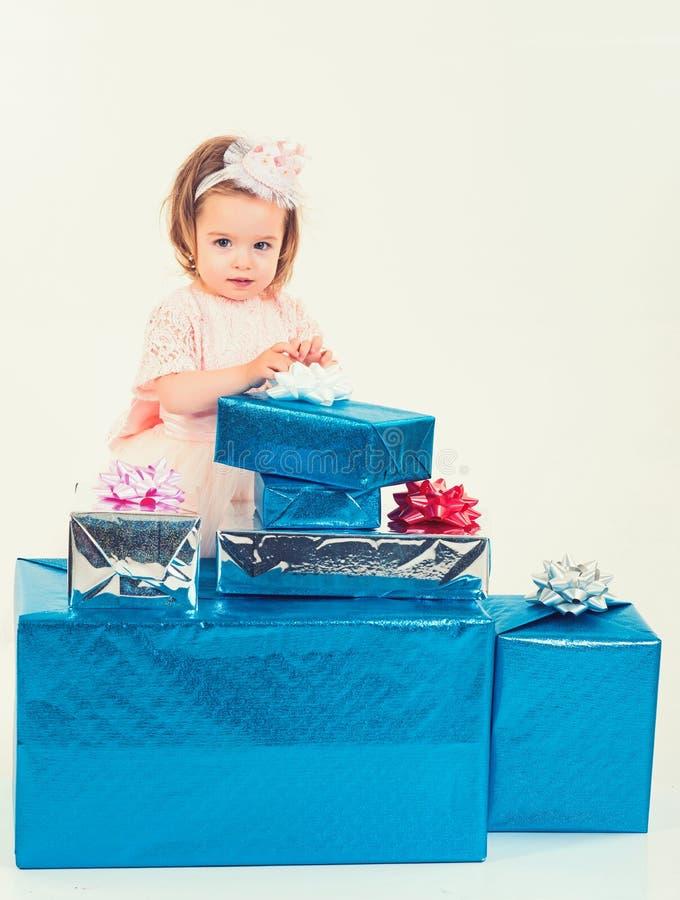 Litet flickabarn med den närvarande asken Isolat på vit Tack för ditt köp lycklig födelsedag Parti för nytt år Lyckligt royaltyfri foto