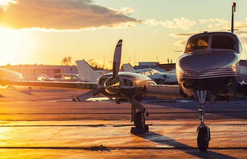 Litet flyg: Den privata strålen parkeras på en grov asfaltbeläggning i ett härligt arkivfoto