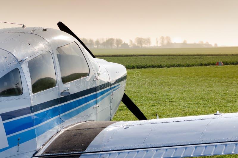 Litet flygplan på jordning arkivbild